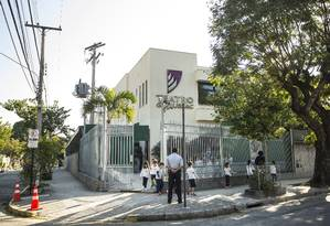 Após um assalto com bandidos armados com fuzil na rua da escola, GayLussac ampliou a segurança na porta da unidade e vai construir área de espera Foto: Ana Branco / Agência O Globo