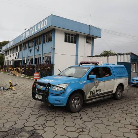 Dois carros da PM com licenciamento vencido há anos deixam o Batalhão de Niterói: o primeiro está sem vistoria desde 2014 e o segundo tem documento de 2013 Foto: Thiago Freitas / Agência O Globo