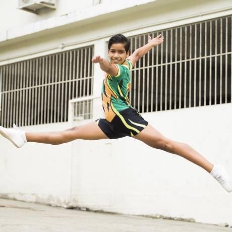 O ginasta Lucas Nilvar faz uma demonstração na escola onde estuda, no bairro de Pilares Foto: Bárbara Lopes / Agência O Globo