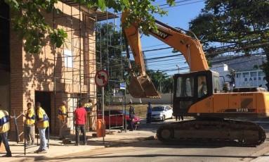 Trator da Secretaria municipalde Urbanismo durante a demolição Foto: Foto de leitor