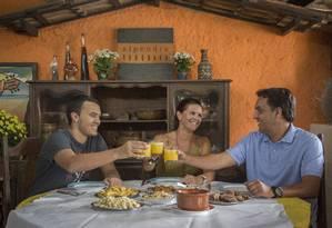 Os sócios Eduardo (à direita) e Claudia Nunes com o filho João: opção de não repassar aumento de preço a clientes Foto: Analice Paron / Agência O Globo