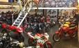 Salão repleto de modelos; à direita, a bicicleta de 1884, com pneu enorme, a mais antiga da coleção Foto: Brandão França