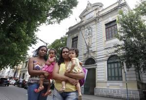 Membros de um grupo de mais de 50 mães na fila de espera, Aline (à esquerda) e Dominique foram à Fundação de Educação em busca de solução Foto: Pedro Teixeira / Agência O Globo