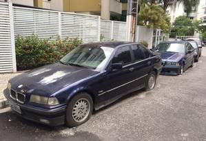 É um mistério os carros importados abandonados numa rua de Charitas há mais de dois anos Foto: Brandão França