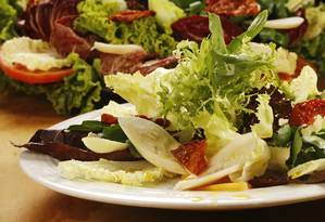 Mix de folhas com palmito e tomate seco, no bufê da Oásis, por R$ 69, de segunda a quinta, e R$ 88, de sexta a domingo Foto: Berg Silva / Divulgação