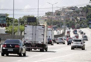 Caminhões na Avenida do Contorno, em Niterói Foto: Luiz Ackermann / Agência O Globo