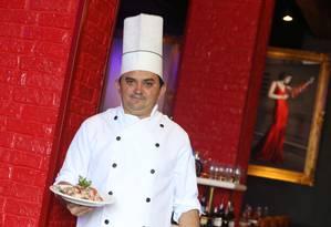 Raimundo de Castro, chefe do Barra Grill, com um vinagrete de polvo Foto: Pedro Teixeira / Agência O Globo