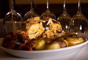 Bacalhau com batatas coradas é servido no Adegão Português Foto: Bárbara Lopes / Agência O Globo