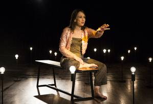 Ana Kutner, que também é iluminadora, controla a luz da peça Foto: Divulgação/Felipe Lima
