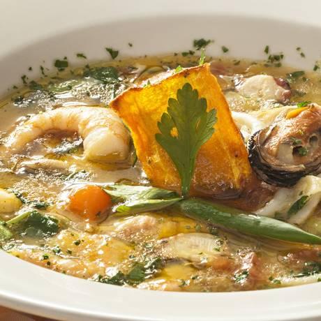 Sopa de frutos do mar do Margutta (R$ 54,50) leva polvo, mexilhões, camarões e vôngoles Foto: Divulgação/Ricardo Bhering