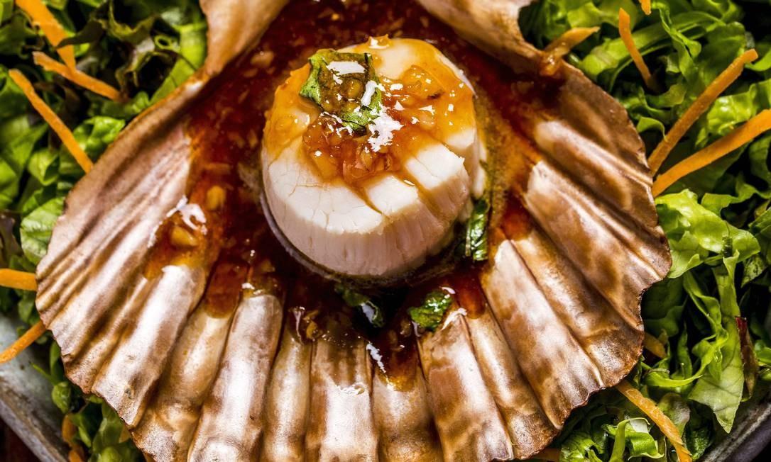 O pla shell yahn (R$ 72), prato do Nam Thai, apresenta vieiras com chili e molho de ostras, guarnecidas de mandiopã Divulgação/Filico
