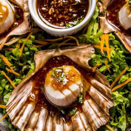 O pla shell yahn (R$ 72), prato do Nam Thai, apresenta vieiras com chili e molho de ostras, guarnecidas de mandiopã Foto: Divulgação/Filico