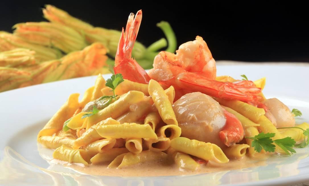 O restaurante Anna oferece um garganelli ao molho de prosecco, que leva vieiras, camarões e flores de abobrinha (R$ 57) Divulgação/Berg Silva