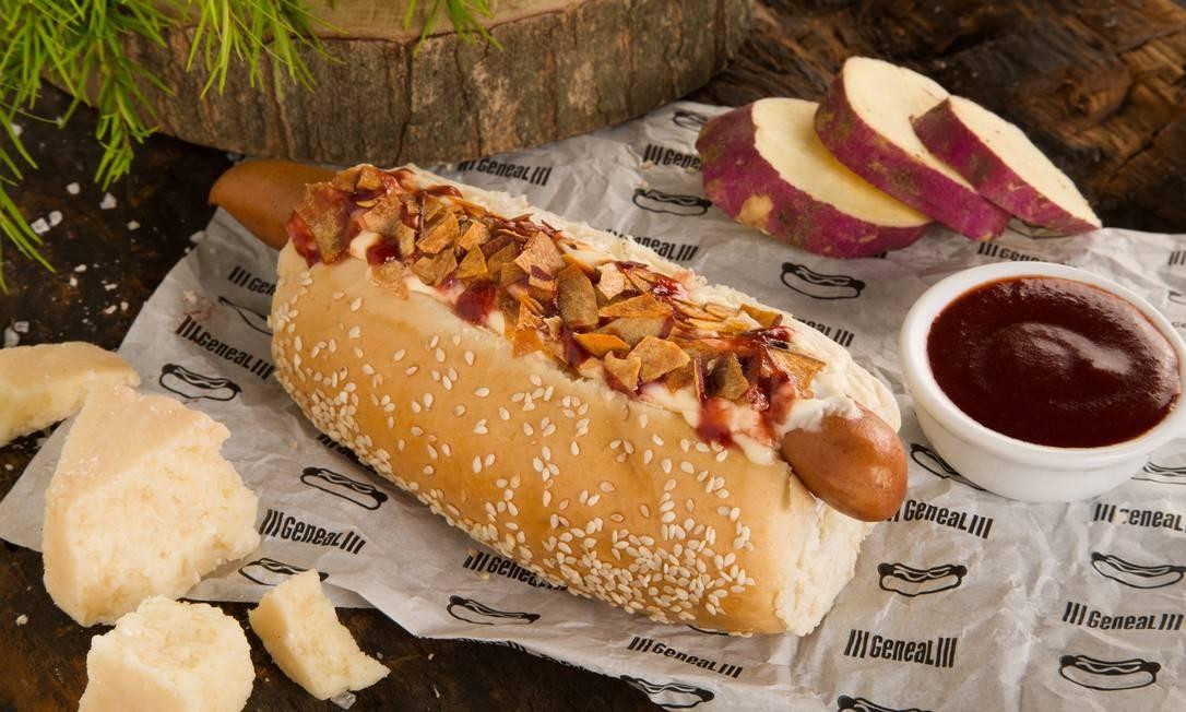Cachorro-quente do Geneal, com salsicha frankfurt, maionese de grana padano, catchup de frutas vermelhas e crispy de batata-doce (R$ 18,90) Divulgação/Virna Santólia