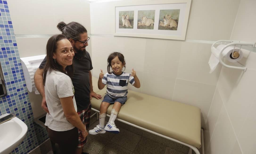 Renata e Cristiano Azevedo acham importante que o filho Heitor frequente espaços públicos Foto: Gabriel de Paiva / Agência O Globo