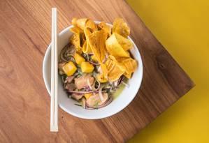 O ceviche de salmão (peixe referência em ômega 3) do Kale Poke é servido com manga, creme de abacate e chips de banana-da-terra (R$ 39) Foto: Divulgação/Tomás Rangel
