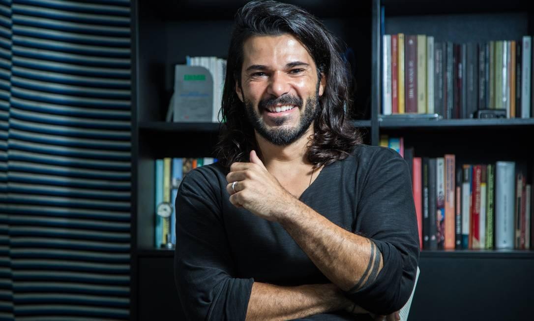 Allan Dias Castro criou a página no Facebook para divulgar seu trabalho Foto: Emily Almeida / Agência O Globo