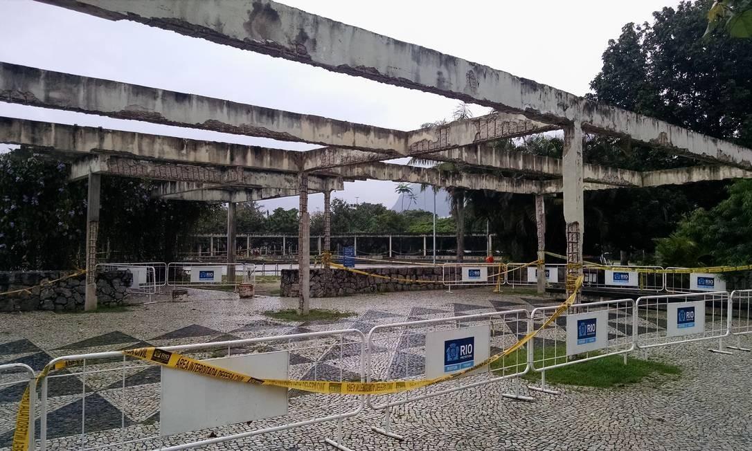 Prefeitura cercou parte da pérgula do parque e manteve a faixa de interdição Foto: Ana Beatriz Marin / Agência O Globo