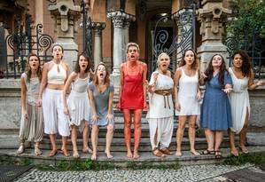 Elenco da peça 'InCômodos', em cartaz até dia 21 no Castelinho do Flamengo Foto: Bárbara Lopes / Agência O Globo