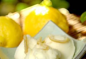 No Mil Frutas, o limão-siciliano virou sorvete, acompanhado de raspas de laranja (R$ 14, uma bola). Foto: Divulgação/Tadeu Brunelli