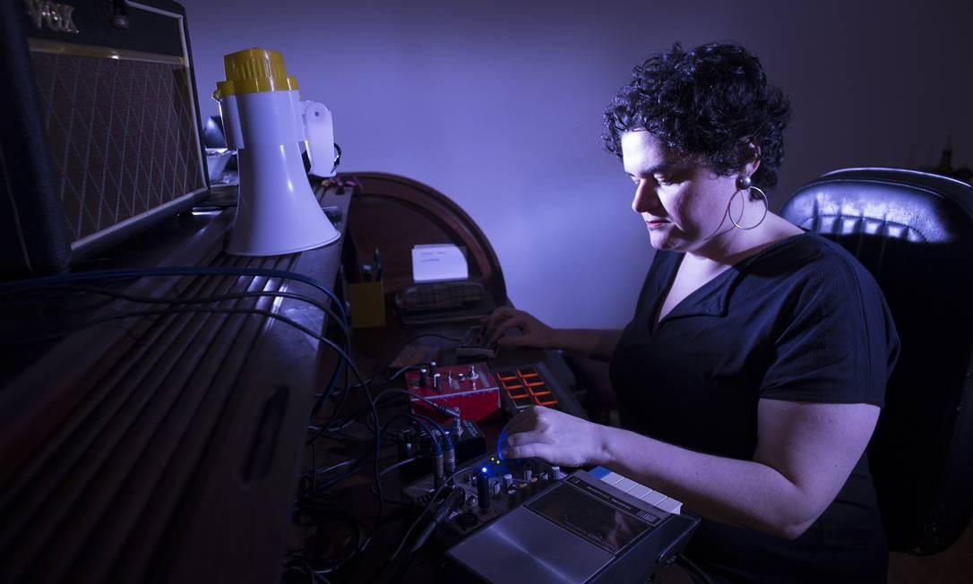 Gabriela Nobre, artista experimental do Rio. Foto: Guito Moreto / Agência O Globo