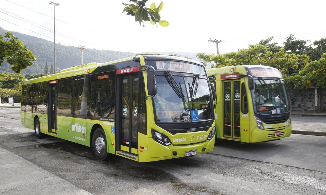 Ônibus das linhas OC1, da Transoceânica, e 39 no ponto final na Prainha de Piratininga, de onde partiram os repórteres para o teste Foto: Fábio Guimarães / Agência O Globo