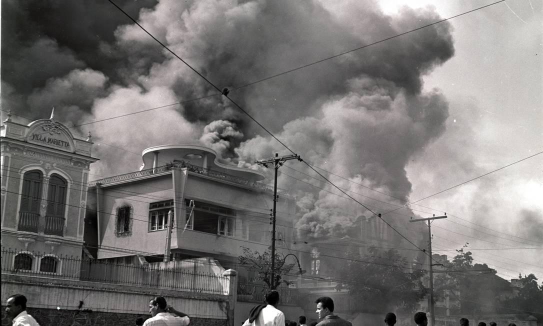 Casas da família Carreteiro, no Fonseca, também foram atacadas: todos os móveis e utensílios foram depredados e queimados na rua pelo povo enfurecido Foto: Arquivo / Agência O Globo
