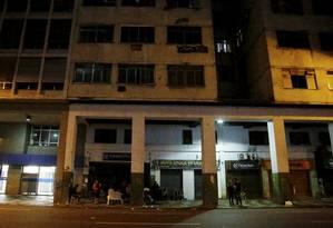 Risco de incêndio. Prédio está sem luz e sem água há mais de dois meses Foto: Fábio Guimarães / Agência O Globo