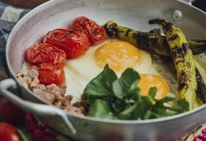 Frigideira de ovo frito, quiabo, tomate e linguiça artesanal do Quitéria Foto: Divulgação/Samuel Antonini