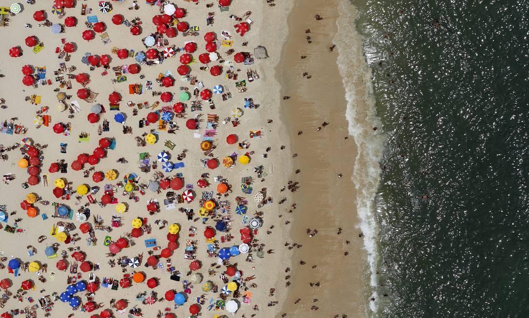 A praia do Leblon, com mais de um quilômetro de extensão, vira área de lazer todas as manhãs. Foto: Custódio Coimbra / Agência O Globo