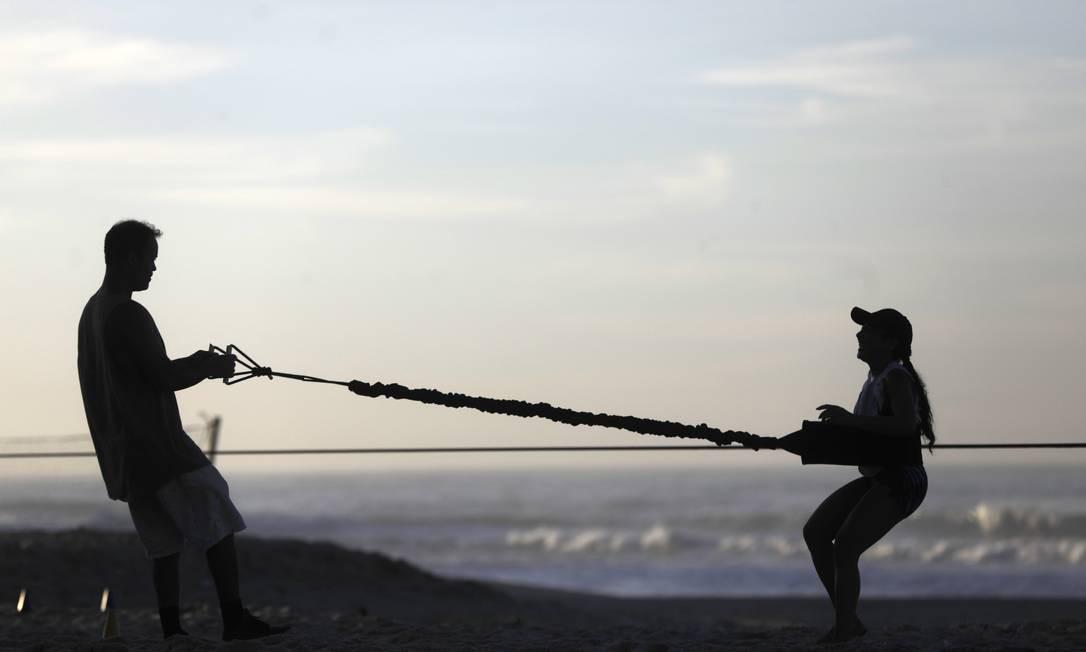 Praia do Leblon também é local para práticas esportivas variadas. Foto: Custódio Coimbra / Agência O Globo
