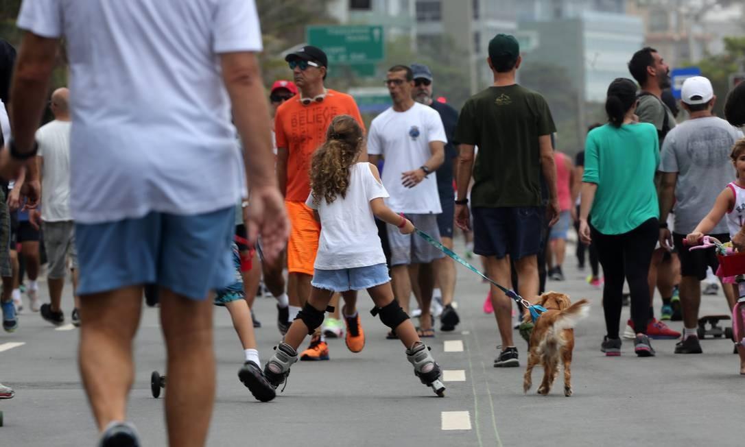À beira da praia, pista da Avenida Delfim Moreira é fechada aos domingos para o passeio de moradores e visitantes. Foto: Custódio Coimbra / Agência O Globo