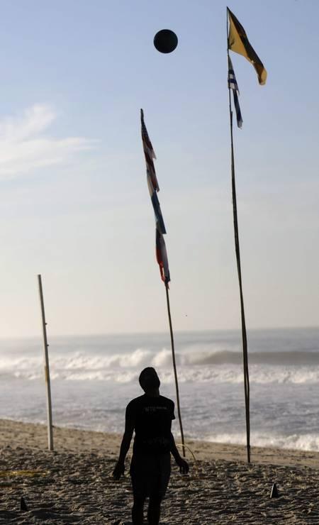 Desde as primeiras horas do amanhecer, a Praia do Leblon é tomada por diferentes esportistas, que se exercitam na areia ou no calçadão Foto: Custódio Coimbra / Agência O Globo