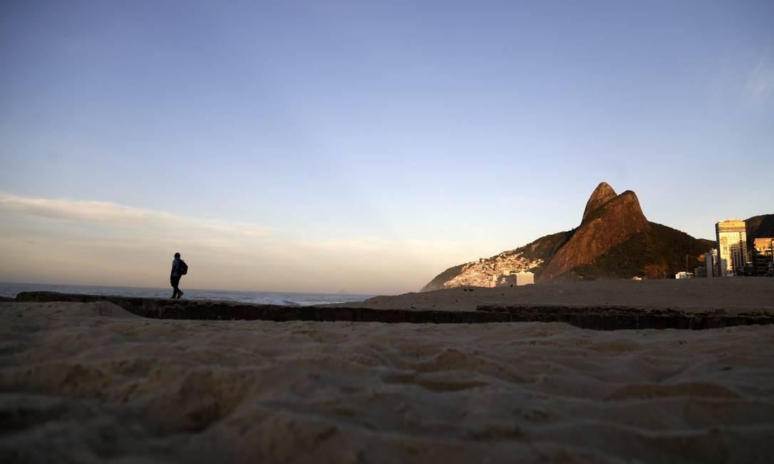 Caminhada solitária nas areias da Praia do Leblon Foto: Custódio Coimbra / Agência O Globo