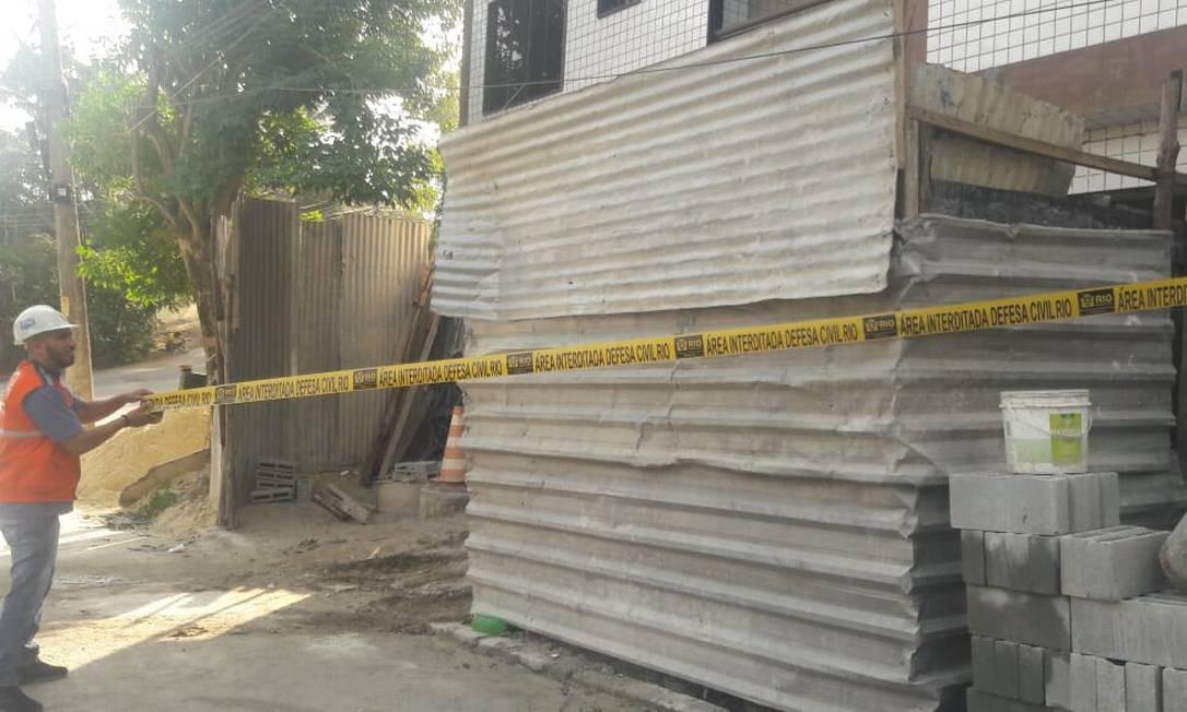 Agente da Subsecretaria de Proteção e Defesa Civil interdita prédio construído irregularmente no Anil, em Jacarepaguá Foto: Divulgação