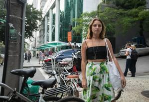 A estudante Bruna Bellini: bicicleta furtada em frente ao shopping Foto: BRENNO CARVALHO / Agência O Globo