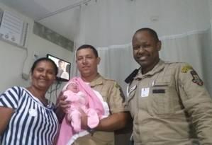 A bebê Morena Beatriz no colo do guarda André Luis Taranto. À esquerda, a avó paterna, Ana Lúcia de Oliveira Foto: Divulgação/Prefeitura de Niterói