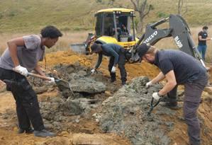 Agentes encontram cemitério clandestino em Queimados Foto: Divulgação/Prefeitura de Queimados