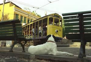 Na memória. Bonde circula pelo Largo das Neves: moradores já estão há oito anos sem o transporte Foto: Marcelo Sayão/28-09-2001