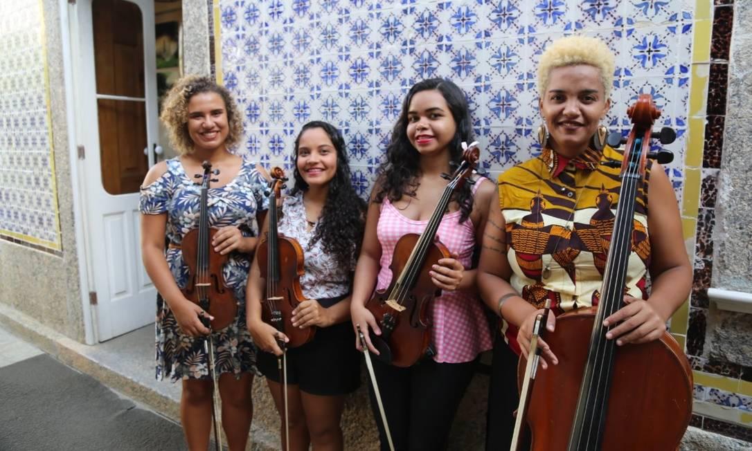 Crias da Grota. Amanda (à esquerda), Izabella, Taynara e Raquel: primeiro quarteto de mulheres de favelas do país Foto: Divulgação/Orquestra de Cordas da Grota