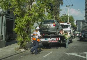 Carro é rebocado durante operação: multas lavradas desde 2015 estão sendo cobradas Foto: Analice Paron/21-02-2017 / Agência O Globo