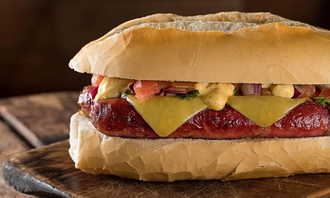 A LeMax Hamburgueria oferece para a data o Scooby cachorro quente de pão francês com linguiça de costela, queijo e molho secreto (R$ 20) Foto: Divulgação/Rodrigo Azevedo