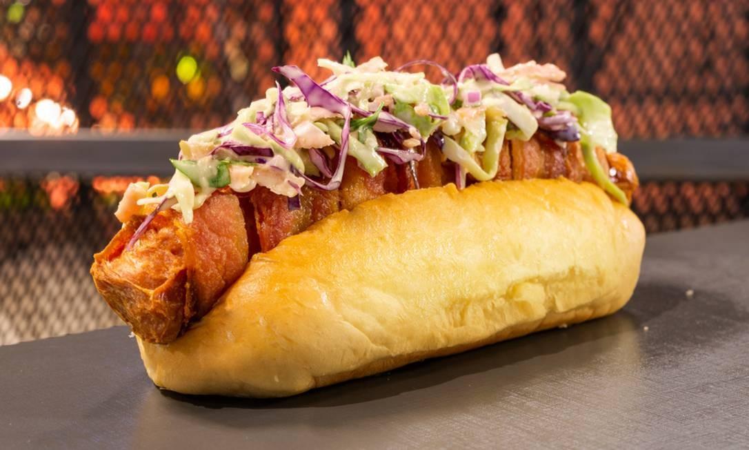 O Bulldog, cachorro-quente do Bullguer, é feito com salsicha frankfurt enrolada em bacon e passada na chapa, acompanhada por salada coleslaw de repolho com cebola roxa (R$ 18) Foto: Divulgação