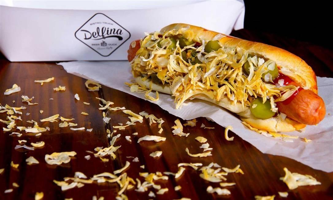 O Hot Dog Dinamarquês (R$ 26) do Delfina é servido no pão de leite com salsicha tipo Frankfurt, molho rémoulade, ketchup, mostarda Dijon, picles e cebola desidratada Foto: Divulgação/Raphael Germano