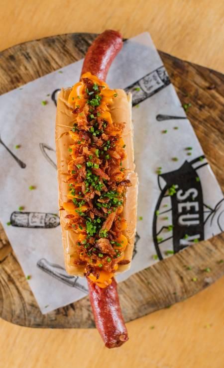 O cachorro-quente do Seu Vidal é servido com inguiça suína no pão brioche, com bacon e cheddar, custa R$ 25 Foto: Divulgação/Alex Woloch