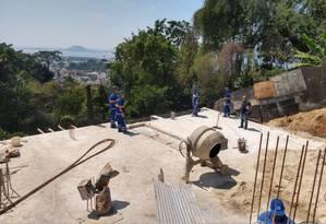 Agentes de diferentes órgãos da prefeitura demolem construções irregulares na Rua Tavares Bastos, no Catete Foto: Divulgação/Superintendência da Zona Sul