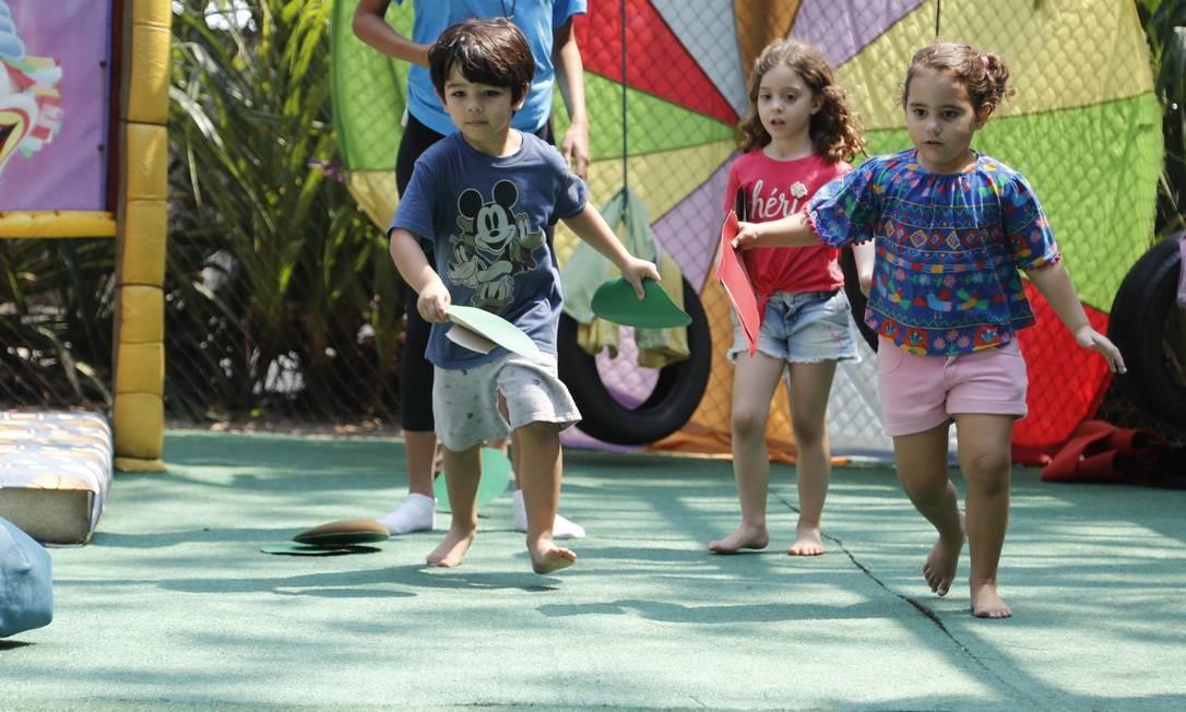 Crianças brincam sob a supervisão de monitores da Kids Move no Ecolounge Foto: Marcelo de Jesus
