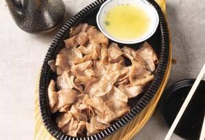 Gyu Tan preparado pelo chef Marcelo Yamasaki, do Tokkuri Foto: Rodrigo Galvao / Divulgação