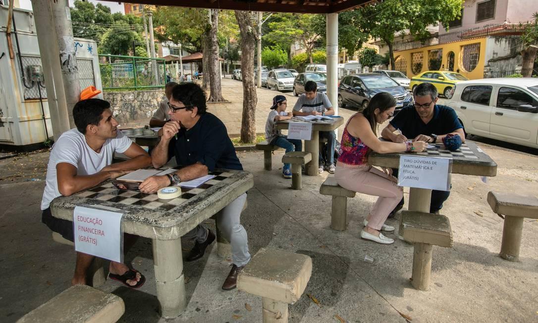 Professores e estudantes no projeto 'Adote um aluno' na Praça Tobias Barreto, em Vila Isabel Foto: Brenno Carvalho / Agência O Globo