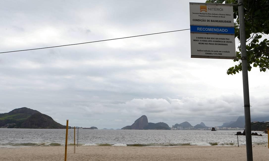 Na quarta-feira, placa recomendava o banho em Icaraí: Inea diz que faz aferição da balneabilidade duas vezes por semana nas praias da cidade Foto: Roberto Moreyra / Agência O Globo